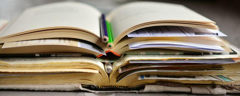 kesken olevien kirjojen pino