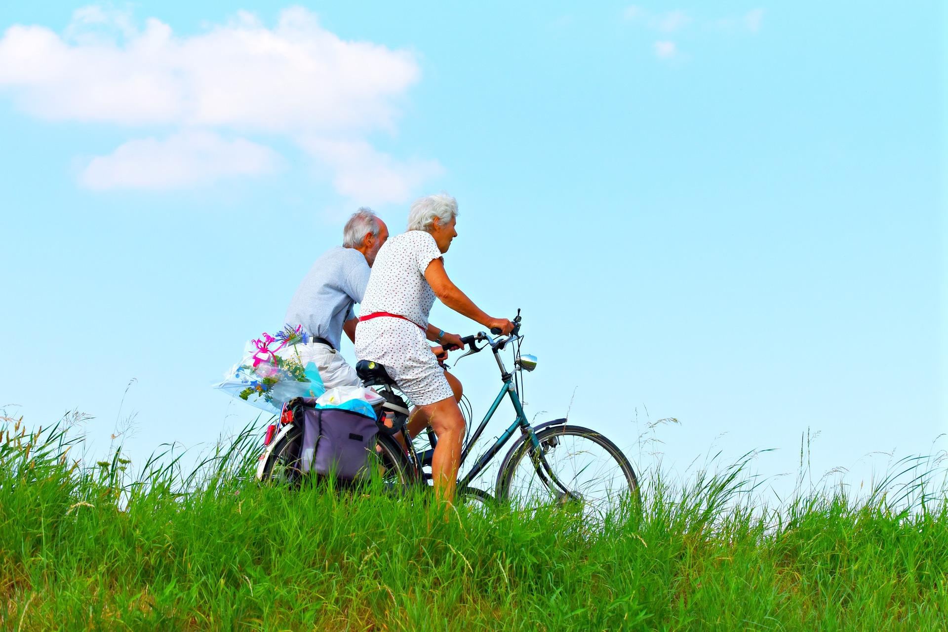 kaksi iäkästä miestä pyöräilemässä