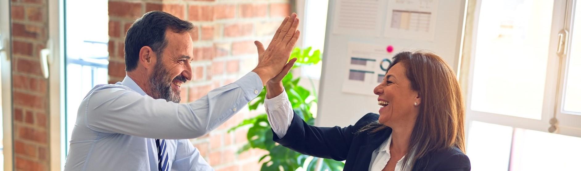 nainen ja mies lyövät kättä