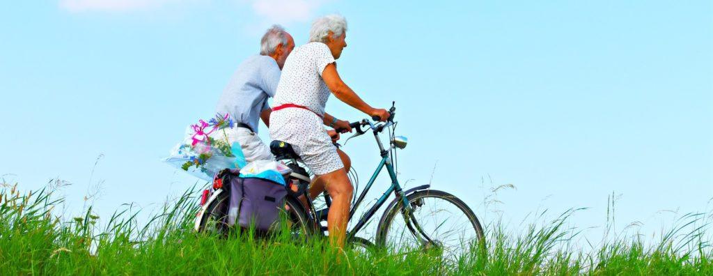 iäkkäät miehet pyöräilemässä