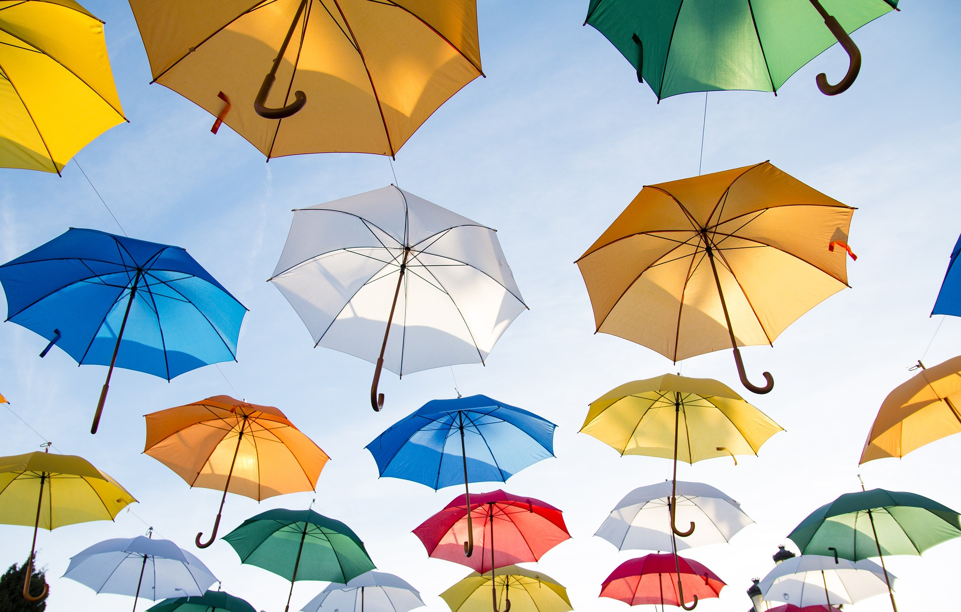 värikkäät sateenvarjot ilmassa