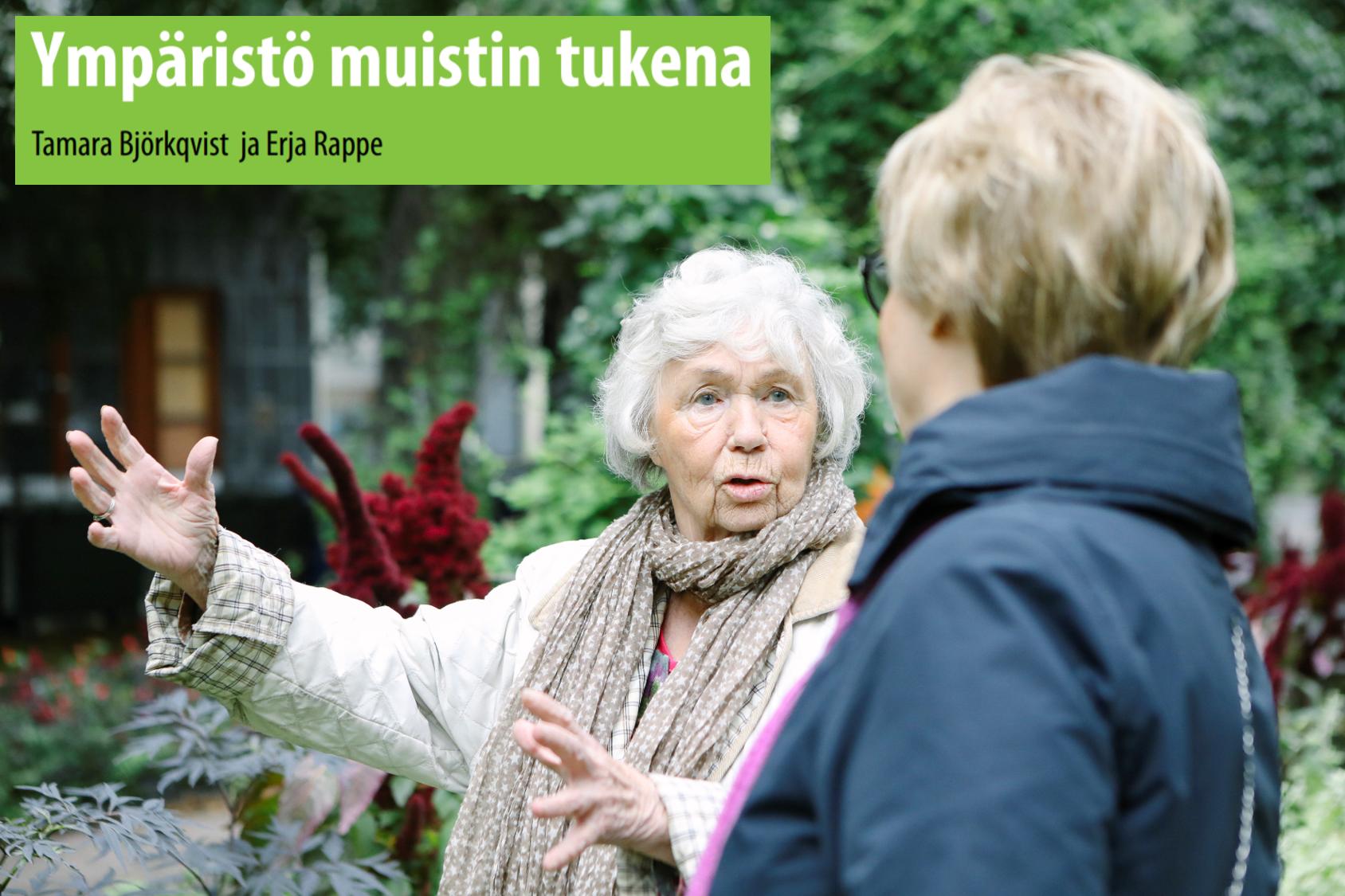 muistisairas nainen ja hoitaja keskustelevat ulkona