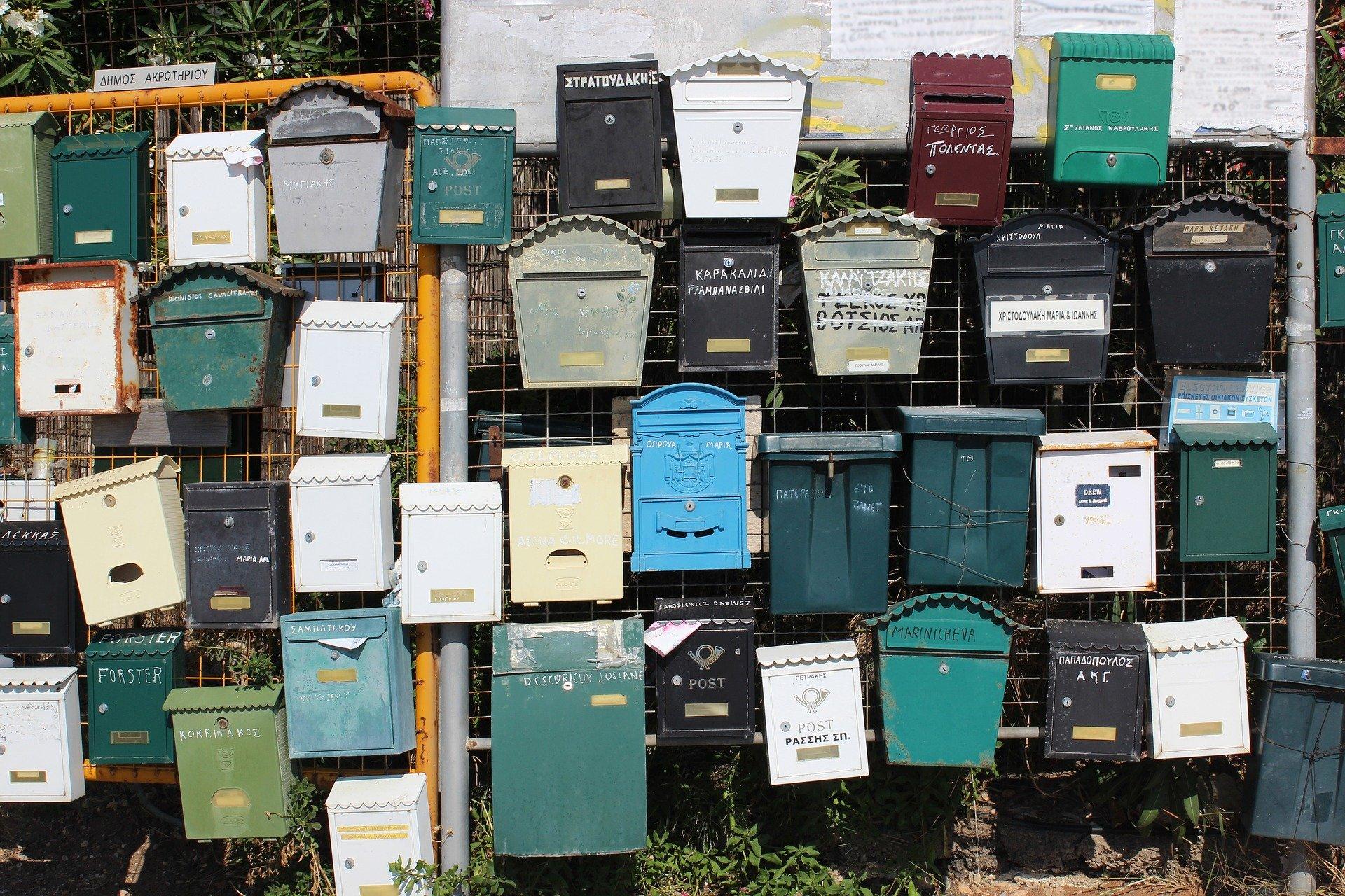 postilaatikoita seinällä