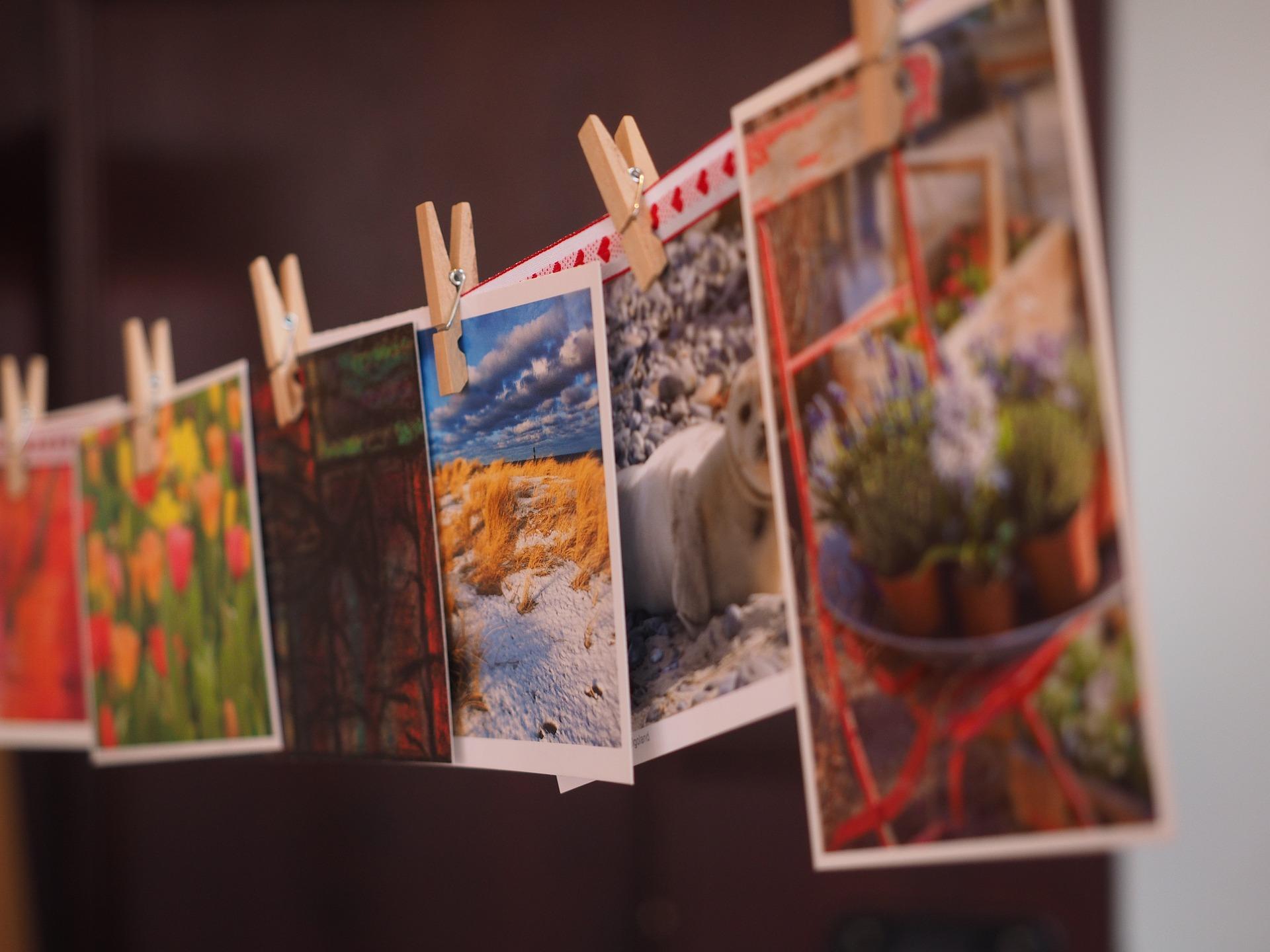 värikkäitä postikortteja pyykinarulla